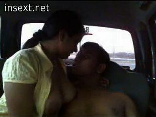 брат трахает свою грудастую сестру в машине