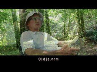 ловкая маленькая сука получает старое наказание в лесу