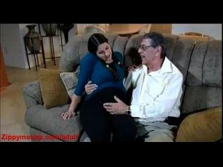 беременная дочь дома дома папа делает собачий трах