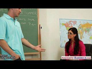 крошечный Titted учитель India лето трахает ее молодой студент