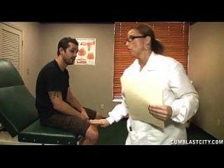 грудастый доктор исцеляет огромный костяк