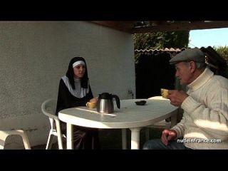 молодая французская монахиня трахала тяжело втроем с причудливым вуайером