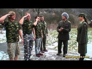 военная дама получает солдат сперму