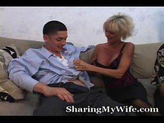 старшая мама трахает молодого парня перед муженькой