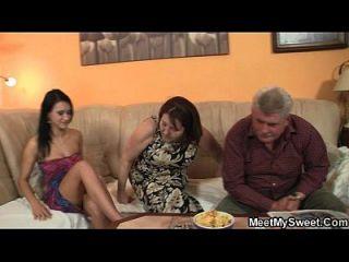 ее бойфренд входит в серию из трех вместе со своей семьей