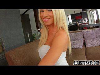 потрясающая блондинка играет со своим грязным кремом