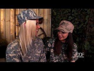 блондинка против брюнетка военные лесбиянки трахаются