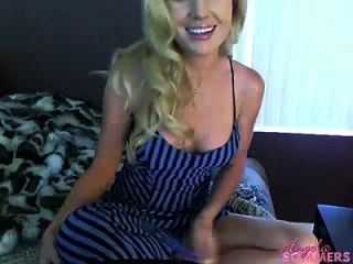 блондинка трахает ее киску на веб-камеру
