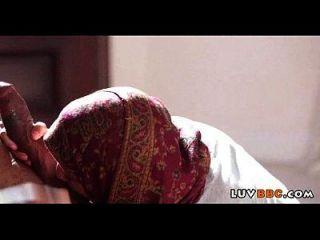 Сестра мия халифы Надя Али трахает своего черного соседа
