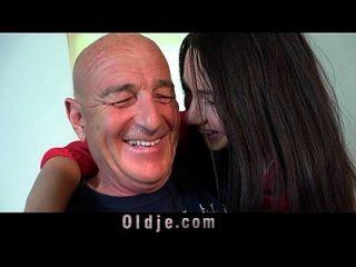 летний мужчина трахает свою молодую жену на кухонном столе