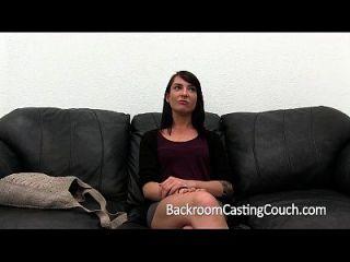 девушка по соседству получает засада крема на литейном диване