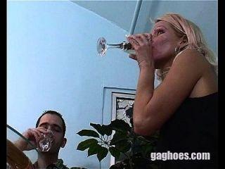 блондинка модель горло трахал в то время как на ужин