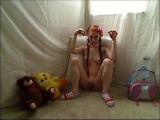 горячая подросток-рыжая рыжая маленькая мастурбирующая в фуфайке пижамы