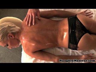смазанный Kacey Jordan наслаждается массажем