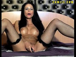 смотреть рогатая кулачная девушка мастурбирует ее влажную киску и задницу с большим фаллоимитатором