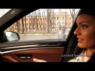 грудастая молодой получает анальный в машине