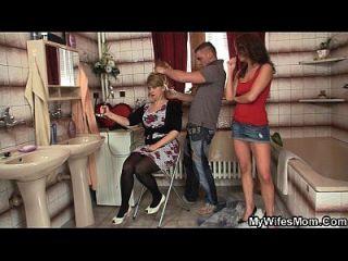 подруги горячая мама проглатывает большой член
