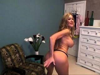 Горячая порнозвезда Бранди Лав играет на кулачковых живых кулачках на Nakedcamchicks.com