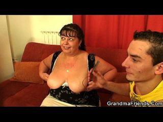 грудастые пожилые женщины проглатывают два петуха