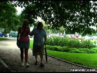 Perv Dad Bangs горячая блондинка молодой в парке