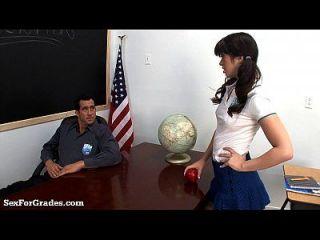 школьница делает большой палец вверх ее плотный прикладом!