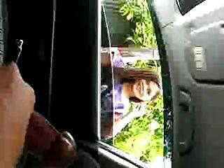 общественного мастурбатор в автомобиле выставки, помогая девушка
