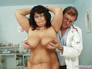 грудастая зрелая женщина сиськи Даниэла и зрелые киски гинекомастии экзамен