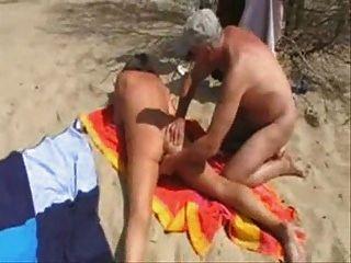 жена имеет удовольствие с незнакомыми людьми на пляже. самодельный