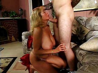большая сиськастый мама имеет молодого любовника