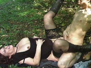 зрелый молодую с маленьким мальчиком в лесу