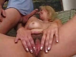 зрелая мама любит молодой петух в ее задницу