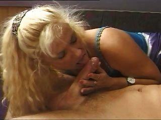 мальчик трахает зрелая женщина
