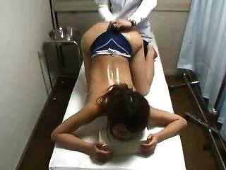 скрытая камера шпион молодой японский массаж пациента потрогал