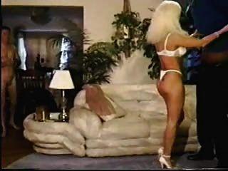 женщина принимает БиБиСи и муженек очищает и