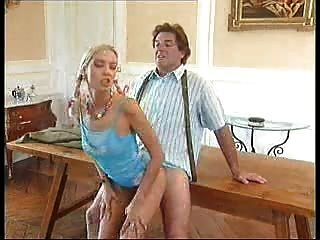 Старик трахает молодую девушку на столе