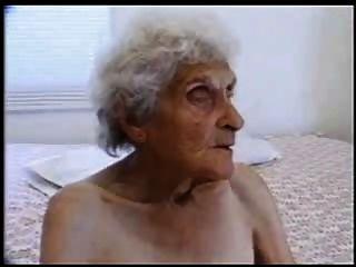 старая шлюха 84 лет все еще любит молодой петух