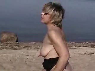 Немецкие зрелые доильные сиськи на пляже