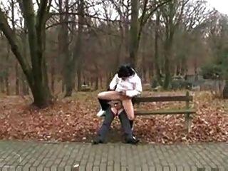 Старик трахает грязный молодой в общественном Park.f70