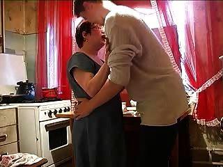 мама и мальчик на кухне