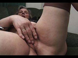 бабка в чулках снимает трусики для перебирая