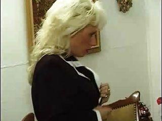немецкий кудрявый зрелая женщина в чулках трахает ее молодого любовника