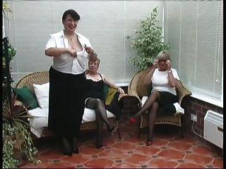 марочные отгонка из трех зрелых дам деревенских