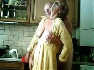 Мама и папа с удовольствием на кухне. украден видео