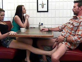 дочь дает Footjob и ЛЮ, чтобы не ее папа под столом