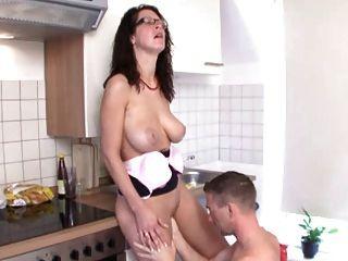 Горячая мама трахал на кухне