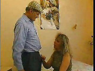 старушке получил роговой один день и решил заплатить ее садовник за хорошую киску трахаются!