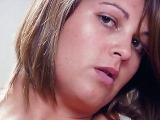 брюнетка Sarcha большие сиськи играет с ее волосатую киску и сочных