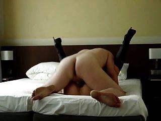 шлюха жена трахается незнакомца в мотеле Infront из муженька рогоносца
