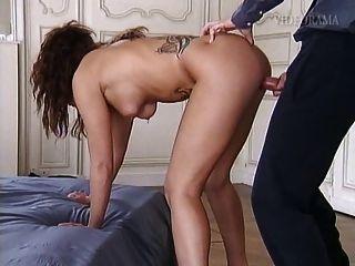 пирсинг и татуированные шлюха принимая это ее задницу и киску