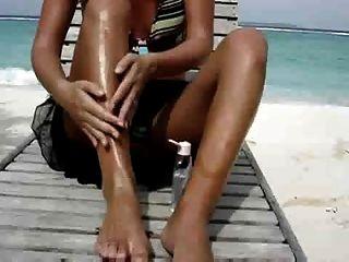сексуальная жена мастурбирует на пляже